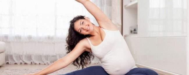 Беременная девушка делает разминку